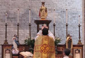 Fr. Romanoski elevates the Sacred Host